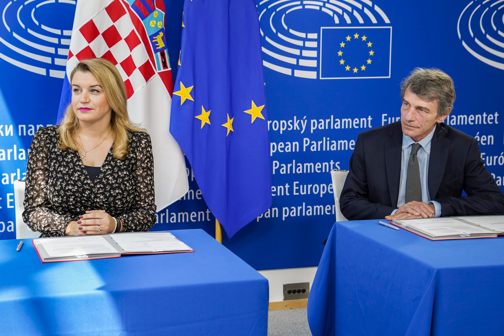 Signing ceremony during the June 2020 Plenary session in Brussels. Ms Nikolina Brnjac for the Croatian Presidency of the Council and Mr David Maria Sassoli, President of the European Parliament